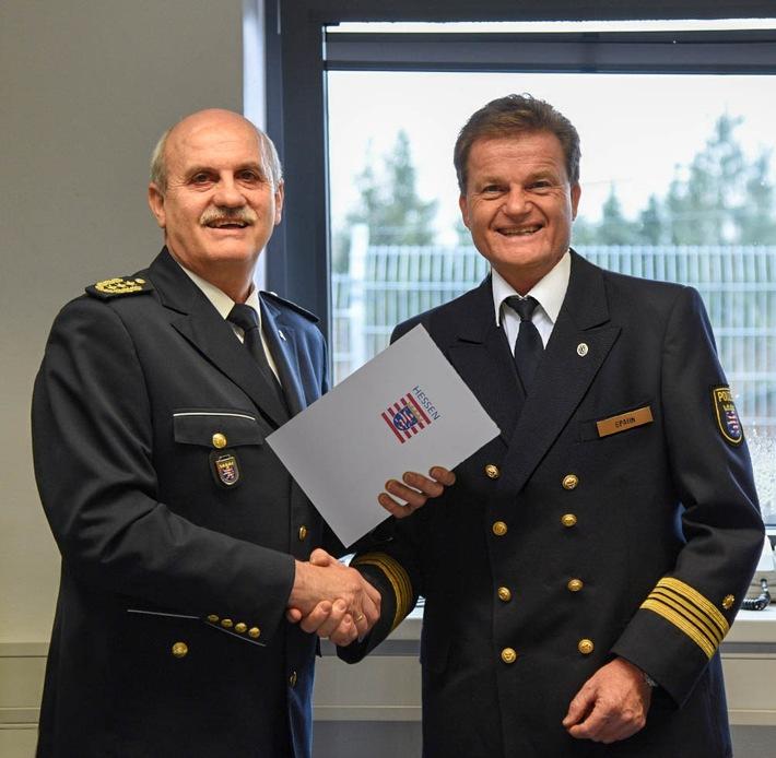 Der Präsident des Hessischen Bereitschaftspolizeipräsidiums Harald Schneider übergibt die Urkunde an den neuen Leiter der Wasserschutzpolizeistation Gernsheim Michael Spahn.