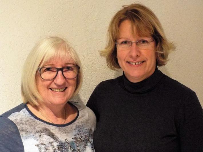 Judotrainerin Elisabeth Tegetmeyer (l.) und KOK'in Monika Freff trainieren Mädchen.