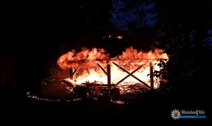 Die Schutzhütte im Wald zwischen Münchweiler und Gonbach ging in Flammen auf und wurde durch das Feuer vollständig zerstört.