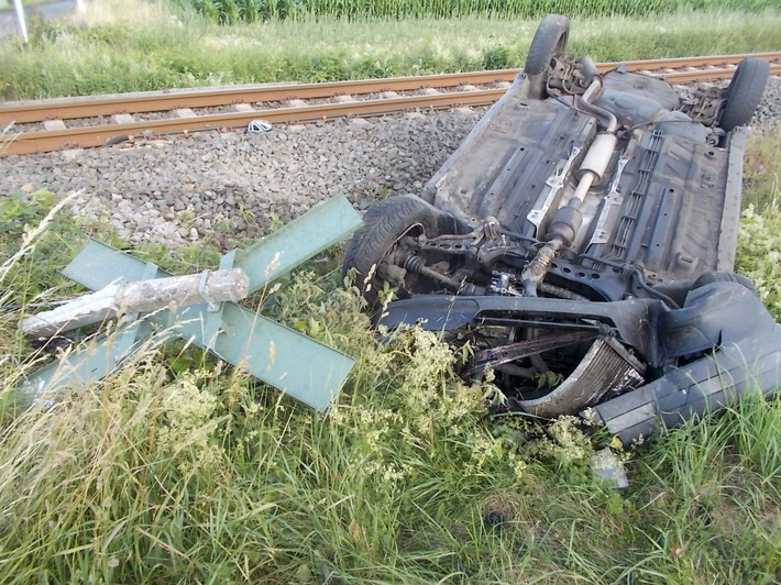 Nach der Kollision mit der Eurobahn landete das Auto auf dem Dach im Feld.