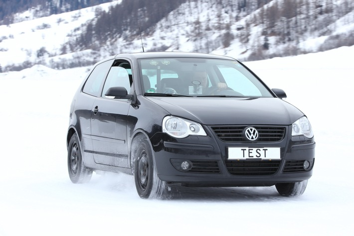 TCS-Wintertipps : Doppelter Bremsweg mit Sommerreifen auf Schnee