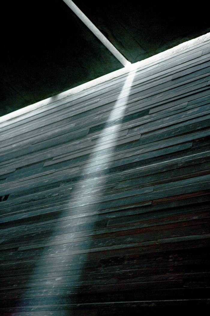 """L'architecture de Peter Zumthor contrôle lumière et obscurité d'une manière merveilleuse et en crée une oeuvre grandiose qui peut d'ores et déjà être considérée comme classique. / Texte complémentaire par ots et sur www.presseportal.ch.  L'utilisation de cette image est pour des buts redactionnels gratuite. Reproduction sous indication de source: """"obs/VELUX STIFTUNG"""""""