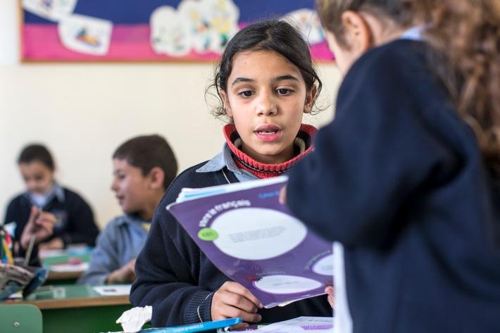 """Sans soutien international, la petite Yara Shuja, réfugiée de Syrie, ne pourrait pas aller à l'école au Liban, comme beaucoup d'autres enfants syriens. Texte complémentaire par ots et sur www.presseportal.ch/fr/nr/100000088 / L'utilisation de cette image est pour des buts redactionnels gratuite. Publication sous indication de source: """"obs/Caritas Suisse/Alexandra Wey"""""""
