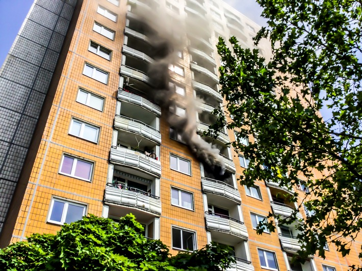 FW Dresden: Wohnungsbrand in einem Hochhaus