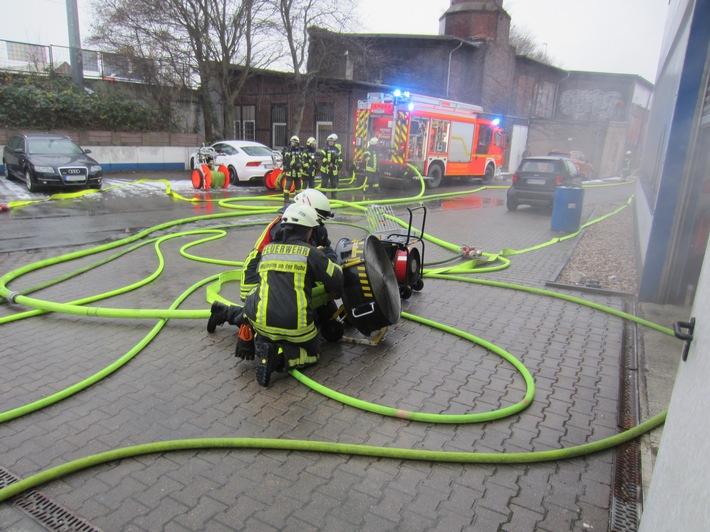 FW-MH: Brand in Lackierkabine /Zwei verletzte Personen