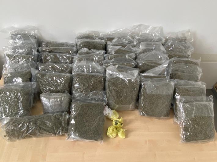 POL-AUR: Gemeinsamer Ermittlungserfolg - Polizei beschlagnahmt Betäubungsmittel - Straßenverkaufswert von einer halben Millionen Euro - drei Tatverdächtige sitzen in Untersuchungshaft (mit Bild)