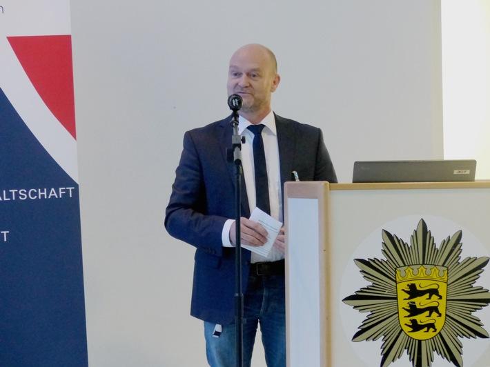Die ganzheitliche Betrachtung der Kinder und Jugendlichen stehe im Fokus der Arbeit, erklärte Dieter Ackermann, der Leiter des Hauses des Jugendrechts Heilbronn, in seiner Ansprache. Foto: Polizei.