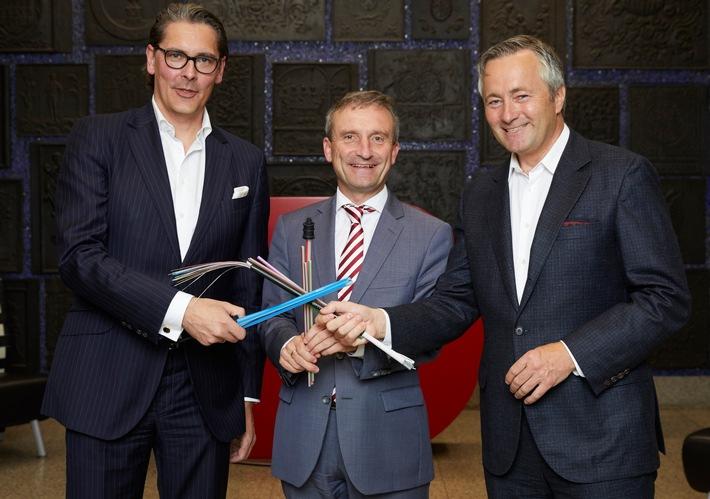 Uwe Nickl, Sprecher der Geschäftsführung Deutsche Glasfaser, Oberbürgermeister Thomas Geisel und Vodafone Deutschland CEO Hannes Ametsreiter bringen gemeinsam Glasfaser nach Düsseldorf