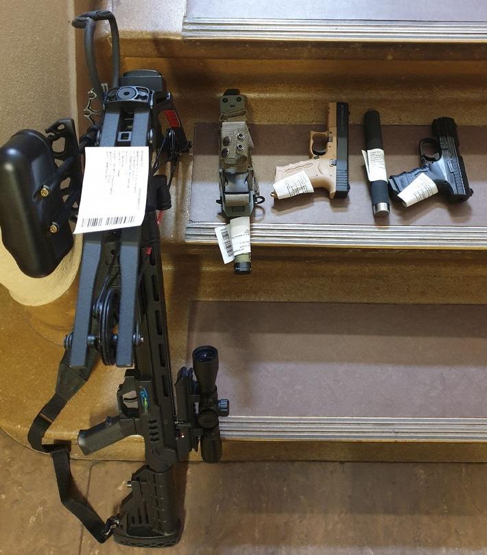 POL-STD: Polizei und Rettungswagenbesatzung mit Schusswaffe bedroht - Verursacher kann überwältigt und anschließend in ärztliche Behandlung gebracht werden