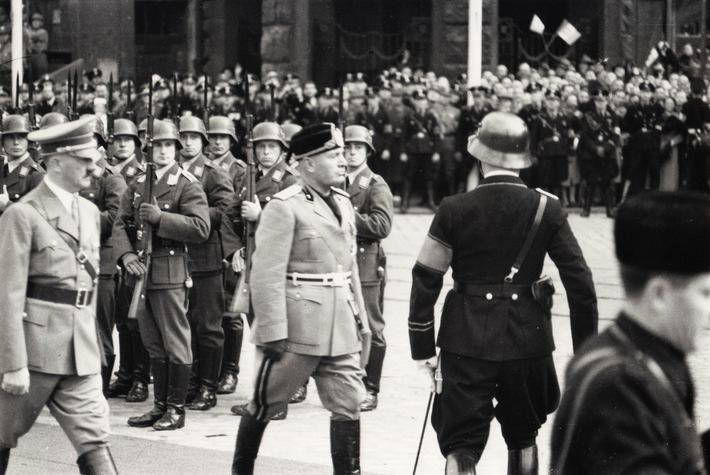 """Hitler mit Mussolini im September 1937 in Berlin Weiterer Text über ots und www.presseportal.de/nr/105413 / Die Verwendung dieses Bildes ist für redaktionelle Zwecke honorarfrei. Veröffentlichung bitte unter Quellenangabe: """"obs/ZDFinfo"""""""