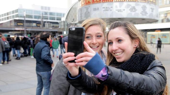 "Was ist so toll an Selfies? / ZDFinfo geht im Netzkultur-Format ""15 Minutes of Fame"" dem Selbstfotografier-Hype der Generation Smartphone nach"
