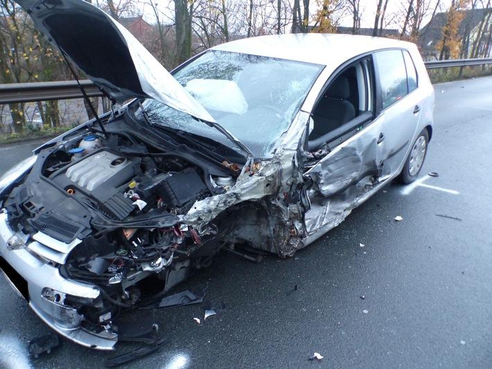 Der 19-jähriger Fahrer des VW Golf wurde mit Verletzungen ins Krankenhaus gebracht. Foto: Polizei Minden-Lübbecke