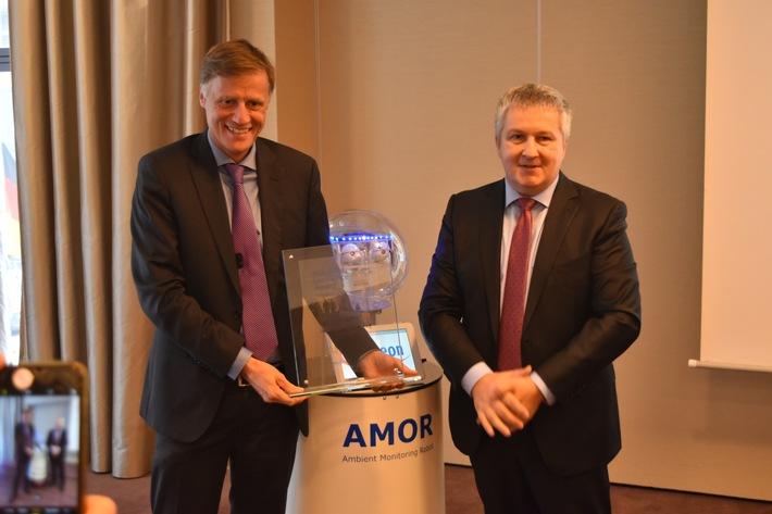 """Jochen Hanebeck (INFINEON Operations, links) empfängt den """"Industrial Excellence Award Europe 2017"""" von Prof. Dr. Arnd Huchzermeier (WHU - Otto Beisheim School of Management, rechts)"""