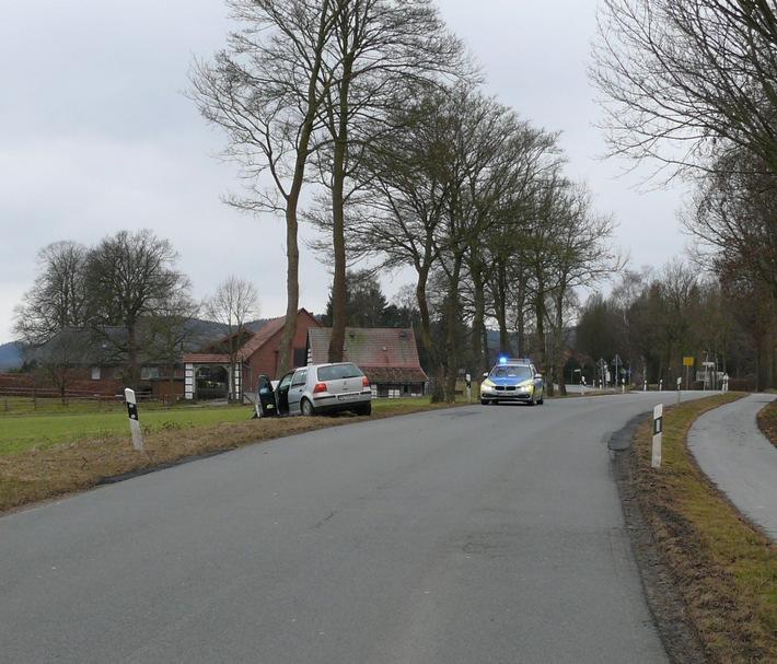 Der VW prallte links neben der Fahrbahn gegen einen Baum.