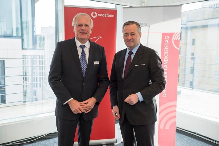 Gemeinsam für Glasfaser: DLT-Präsident Reinhard Sager & Vodafone Deutschland CEO Hannes Ametsreiter sprechen mit 140 Landkreisvertretern und Bundestagsabgeordneten
