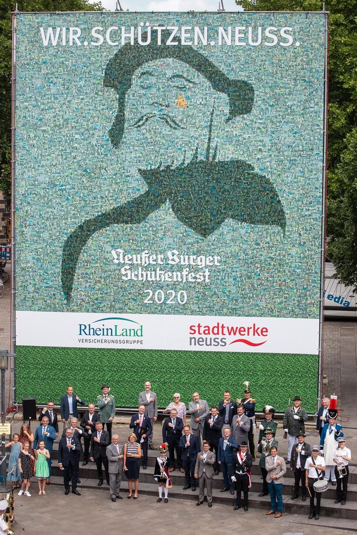 """Unübersehbares Statement: Zum Auftakt der Aktion """"WIR.SCHÜTZEN.NEUSS."""" wurde eine einzigartige Installation in der Neusser Innenstadt enthüllt: ein 12 x 9 Meter großer Kubus, der Bürgerinnen und Bürger in einem weit sichtbaren Mosaik zeigt. (c) Neusser Bürger-Schützen-Verein e.V. Weiterer Text über ots und www.presseportal.de/nr/147361 / Die Verwendung dieses Bildes ist für redaktionelle Zwecke honorarfrei. Veröffentlichung bitte unter Quellenangabe: """"obs/Neusser Bürger-Schützen-Verein e.V."""""""