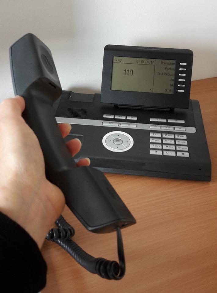 Symbolbild Polizei: Betrügerische Anrufe falscher Polizisten (Telefon)