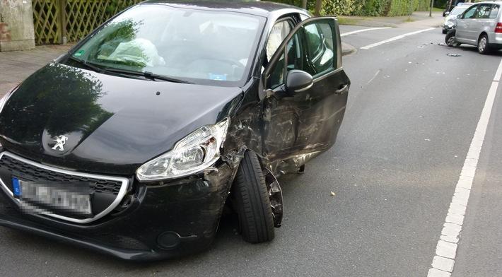 Foto: Polizei Münster (Das Foto zeigt die Unfallstelle und die beschädigten Fahrzeuge)  Veröffentlichung mit dieser Pressemitteilung honorarfrei.   Bildrechte: Polizeipräsidium Münster