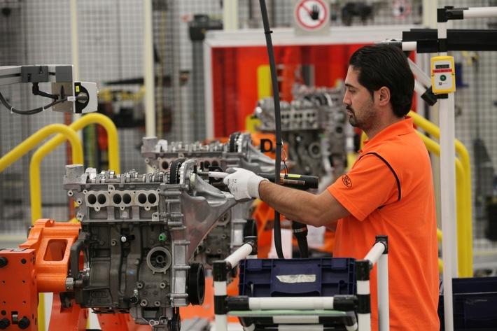 """Der ebenso kompakte wie innovative 1,0-Liter-EcoBoost-Dreizylinder-Motor von Ford wurde heute, 1. Juni 2016, bereits zum fünften Mal in Folge als """"Internationaler Motor des Jahres"""" (""""International Engine of the Year"""") ausgezeichnet - und zwar erneut in der Kategorie """"Bester Motor bis 1 Liter Hubraum"""". Zuvor hatten 65 internationale Fachjournalisten diesen High-Tech-Benzin-Direkteinspritzer auf Aspekte wie Leistung, Wirtschaftlichkeit, Technologien und Fahrverhalten beurteilt. In den Jahren 2012, 2013 und 2014 hatte dieses Triebwerk zusätzlich auch die """"Engine of the Year""""-Gesamtkategorie gewonnen - als erster Motor überhaupt drei Mal in Folge. Das Bild zeigt die Produktion dieses Motors im Ford-Werke Köln-Niehl. Weiterer Text über ots und www.presseportal.de/nr/6955 / Die Verwendung dieses Bildes ist für redaktionelle Zwecke honorarfrei. Veröffentlichung bitte unter Quellenangabe: """"obs/Ford-Werke GmbH"""""""