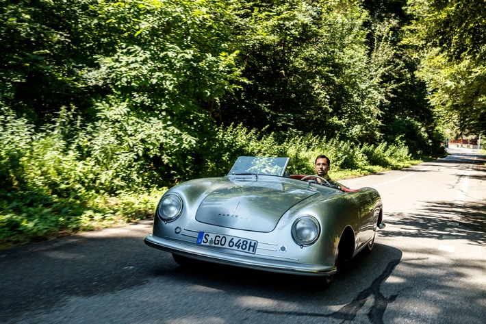 """70 ans après le premier essai presse, Neel Jani, pilote d'usine Porsche et vainqueur du Mans est au volant de la Porsche 356/1 Roadster sur un tronçon de l'ancienne piste de Bremgarten. Texte complémentaire par ots et sur www.presseportal.ch/fr/nr/100050872 / L'utilisation de cette image est pour des buts redactionnels gratuite. Publication sous indication de source: """"obs/Porsche Schweiz AG"""""""