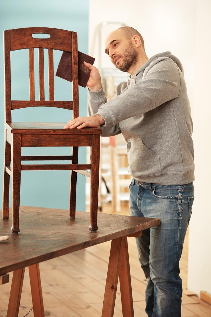 """Kratzer und Schrammen in Möbelstücken sind beim täglichen Gebrauch schnell passiert. Sind sie aus massivem Holz, ist eine Reparatur häufig unkomplizierter, als man denkt. Bild: tdx/Knauf. Weiterer Text über ots und www.presseportal.de/nr/129036 / Die Verwendung dieses Bildes ist für redaktionelle Zwecke honorarfrei. Veröffentlichung bitte unter Quellenangabe: """"obs/tdx/Knauf"""""""