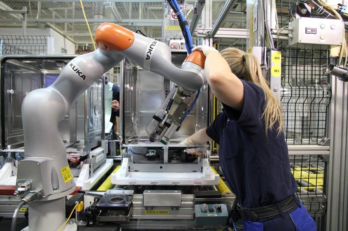 KUKAflexFellow_Human Robot Collaboration.JPG