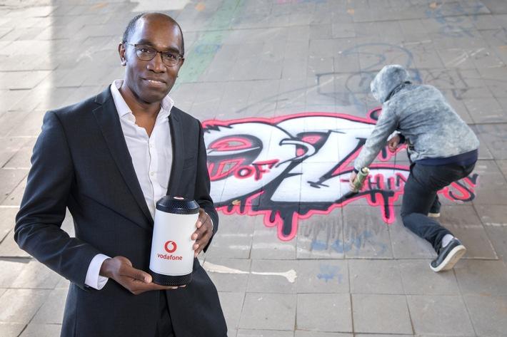 Dr. Eric Kuisch, Geschäftsführer Technik der Vodafone GmbH, mit der Alarmanlage 4.0, die Graffiti-Sprayer von illegalen Taten abhalten soll