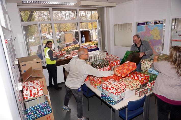"""Ford-Beschäftigte sammelten wieder Weihnachtspäckchen für benachteiligte Kinder / Weiterer Text über ots und www.presseportal.de/nr/6955 / Die Verwendung dieses Bildes ist für redaktionelle Zwecke honorarfrei. Veröffentlichung bitte unter Quellenangabe: """"obs/Ford-Werke GmbH"""""""