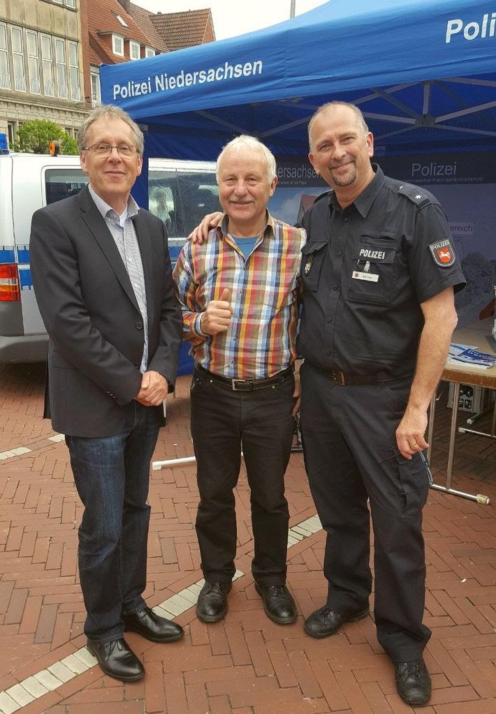 Präventionsstand der Polizei Emden. v.l. Reiner Bruns (PK Emden), O-S-S-I-Seniorenberater Ulrich Kleinhans und Holger Gärtner (PK Emden)