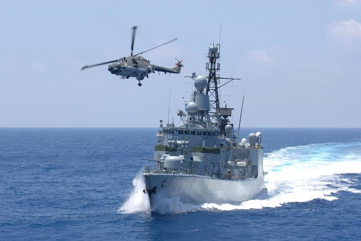 Fregatte Niedersachsen mit Bordhubschrauber Sea Lynx