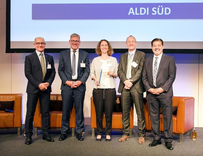 Foto: DQS CFS Die Unternehmensgruppe ALDI SÜD hat zum zweiten Mal den German Award for Excellence der Deutschen Gesellschaft für Nachhaltigkeit (DQS CFS) erhalten.