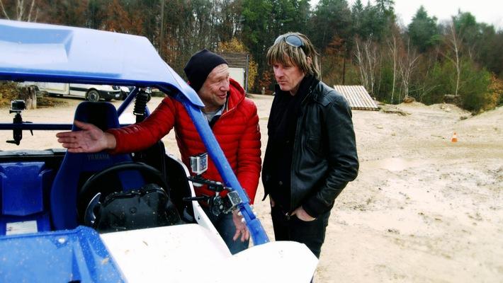 """Rallye-Profi Niki Schelle macht Mickie Krause mit der Yamaha YXZ 1000 R bekannt. Weiterer Text über ots und www.presseportal.de/nr/6605 / Die Verwendung dieses Bildes ist für redaktionelle Zwecke honorarfrei. Veröffentlichung bitte unter Quellenangabe: """"obs/RTL II"""""""