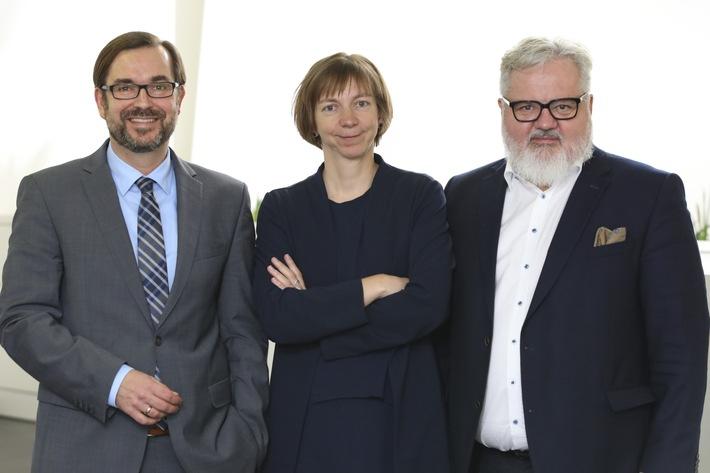 BILD zu OTS - Im Bild v.l.n.r.: APA-CEO Clemens Pig mit dem neuen redaktionellen Führungsduo: Katharina Schell (Digitale Innovation) und Johannes Bruckenberger (Chefredakteur) werden ab 1. Jänner 2019 ihre neuen Funktionen in der Nachrichtenagentur übernehmen.