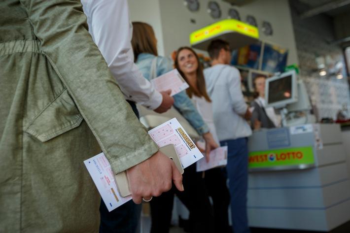 """Der Doppeljackpot von 90 und 27 Millionen Euro führte zu einer regen Nachfrage in den Lotto-Annahmestellen und im Internet. Weiterer Text über ots und www.presseportal.de/nr/107909 / Die Verwendung dieses Bildes ist für redaktionelle Zwecke honorarfrei. Veröffentlichung bitte unter Quellenangabe: """"obs/Eurojackpot/Jean-Marie Tronquet"""""""