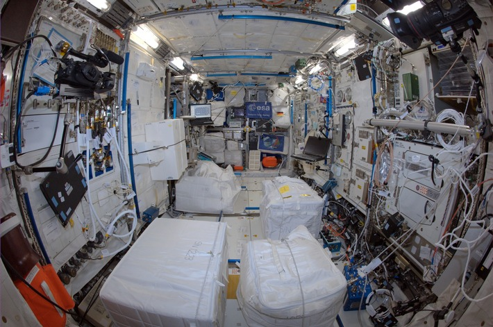 """Hier forscht Europa im All. A. Gerst fotografierte das Columbus-Modul 2014: """"Our powerful European science lab in space. What we investigate here cannot be done anywhere on Earth!"""" © ESA/NASA"""