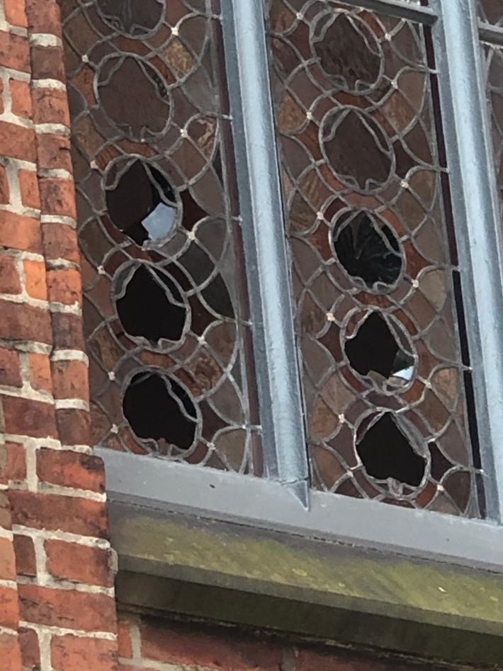 POL-ROW: ++ Einbruch bei Fensterbaubetrieb + Vandalismus an der Stadtkirche + Tabakwaren bei Einbruch in Discounter entwendet ++