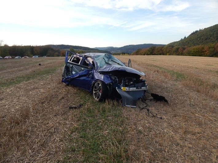 Das Bild zum Verkehrsunfall auf der L92 bei Herschbroich zeigt den verunfallten PKW