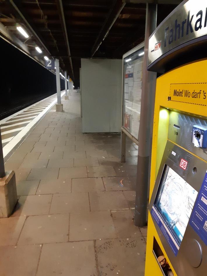 BPOL-HB: Fahrausweisautomaten und Scheiben im Bahnhof Meckelfeld mit Eisenstange eingeschlagen