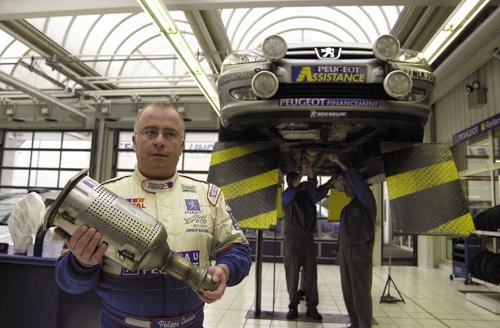 """500.000-km-Weltrekordfahrt mit dem 607 HDi: Boxenstopp zum FAP-Wechsel in der Saarbrücker Peugeot-Filiale.Auf dem Weg ins """"Guinness-Buch der Rekorde"""" hat der französiche Rennsport-Profi Philippe Couesnon (40) einen Boxenstopp bei der Peugeot Deutschland GmbH in Saarbrücken eingelegt: Am Dienstag, den 12. Februar 2002, wurde bei km-Stand 407.000 der Rußpartikelfilter des Peugeot 607 HDivon den Mechanikern der Peugeot Saartal GmbH gewechselt.Die Verwendung dieses Bildes ist für redaktionelle Zwecke honorarfrei. Abdruck bitte unter Quellenangabe: """"obs/Peugeot Deutschland GmbH"""""""