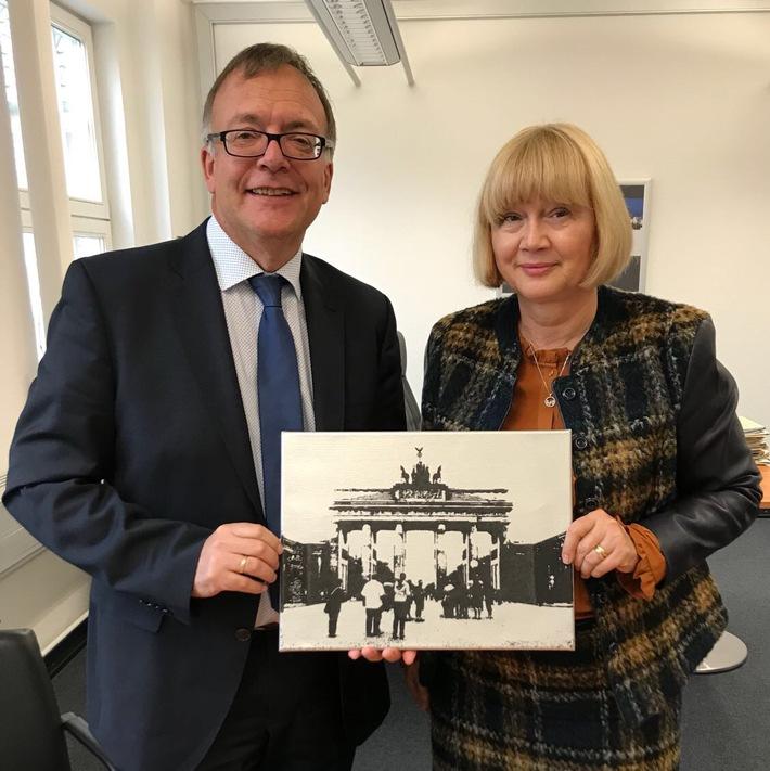 Deutsch-tschechische Zusammenarbeit Verabschiedung von Frau Vendulka Hola im Zollkriminalamt