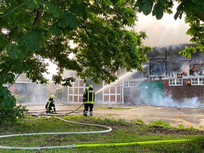POL-STD: Feuer zerstört Scheune in Hüll
