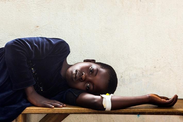 """Die Johanniter leisten seit fast zehn Jahren medizinische Hilfe im Kongo, so wie hier in der Gesundheitsstation in Umoja, Provinz Nord-Kivu. Weiterer Text über ots und www.presseportal.de/nr/14240 / Die Verwendung dieses Bildes ist für redaktionelle Zwecke honorarfrei. Veröffentlichung bitte unter Quellenangabe: """"obs/Johanniter Unfall Hilfe e.V./Paul Hahn"""""""
