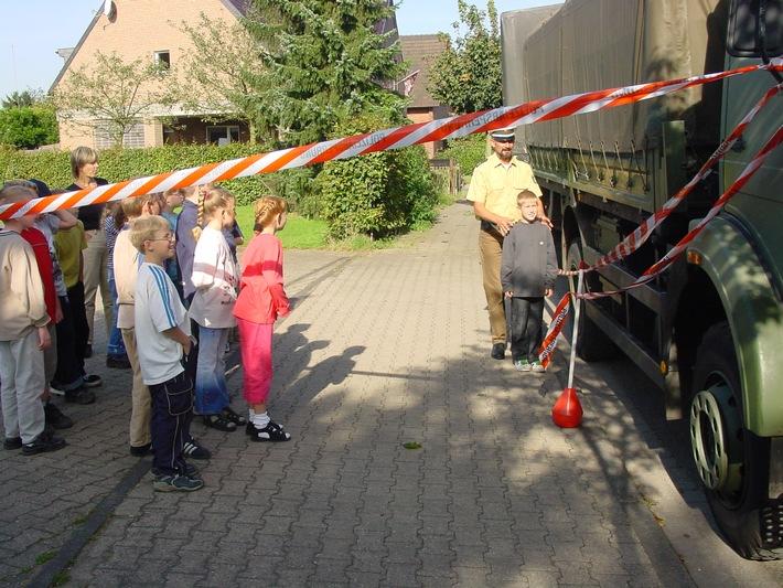 """Polizeidemonstriert """"Toten Winkel"""" bei LKW"""