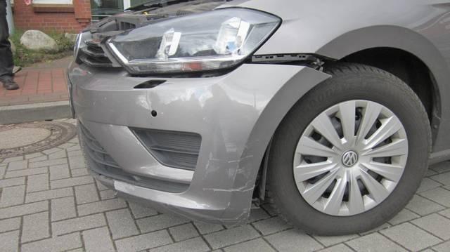 POL-CUX: Unfallflucht auf dem Rathausparkplatz in Hemmoor (Lichtbild in der Anlage)