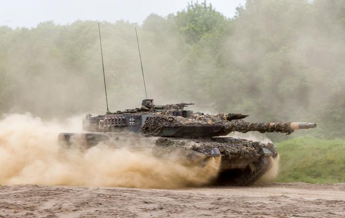 """KPz Leopard 2 Weiterer Text über ots und www.presseportal.de/nr/127975 / Die Verwendung dieses Bildes ist für redaktionelle Zwecke honorarfrei. Veröffentlichung bitte unter Quellenangabe: """"obs/Presse- und Informationszentrum des Heeres/Mario Bähr"""""""