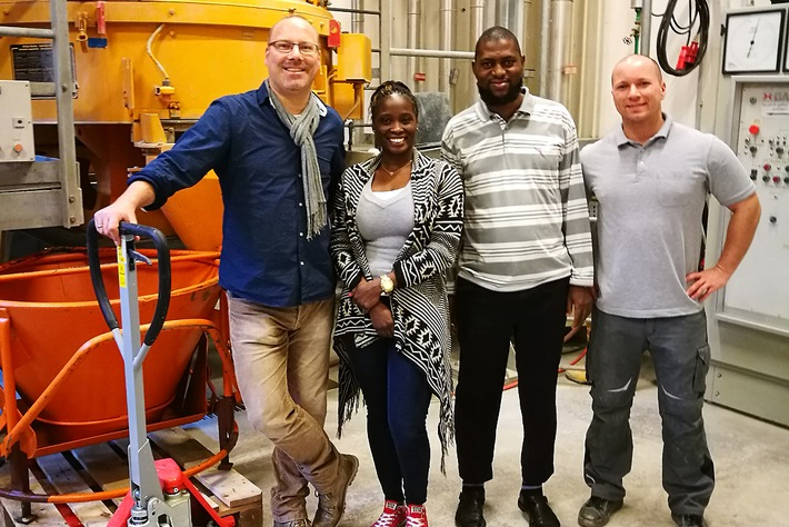 Wolfram Schmidt (left) and Kolawole Olonade (2nd from left) in BAM?s concrete laboratory (together with Nsesheye Msinjili (2nd from right) and Stefan Schacht (right)).