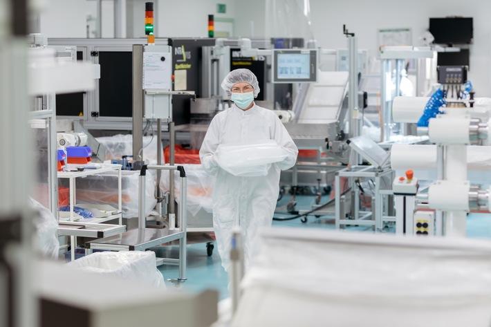 """Bei Röchling Medical werden die Produkte unter Reinraumbedingungen in den Klassen C+D/ISO 7+8 hergestellt, montiert und verpackt. Weiterer Text über ots und www.presseportal.de/nr/51987 / Die Verwendung dieses Bildes ist für redaktionelle Zwecke honorarfrei. Veröffentlichung bitte unter Quellenangabe: """"obs/Röchling SE & Co. KG"""""""