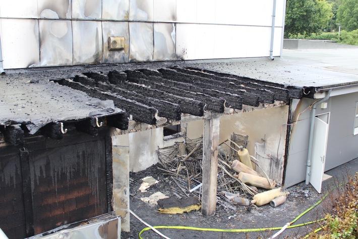 Der Lagerraum einer Fußballhalle brannte völlig aus.