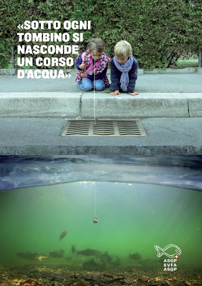"""UNA TRACCIA NEL METALLO / UNA CADITOIA CON INCISO UN PESCE - """"Sotto ogni tombino si nasconde un corso d'acqua"""" (Immgine/Docu)"""