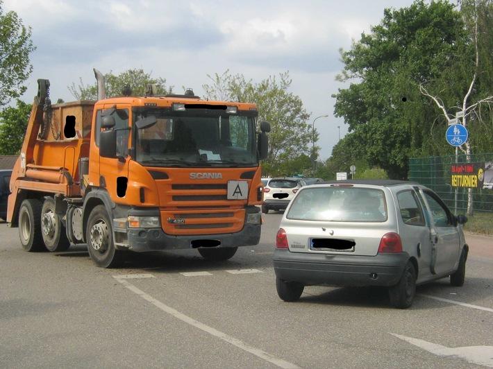 POL-PDNW: Neustadt - Polizei, Feuerwehr und Notarzt im Einsatz - Renault Twingo verliert gegen LKW